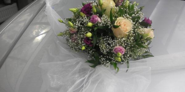 Kód: D004  obsah:  růže, eustoma, gypsa, zeleň  cena:  na dotaz
