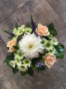 Kód: L023  obsah:  chryzantéma, růže, santina, veronica, zeleň