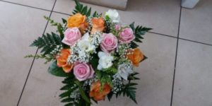 Kód: L027  obsah:  růže, frézie, zeleň
