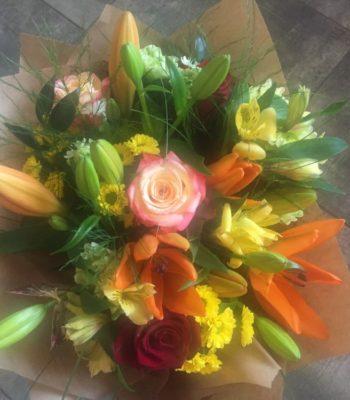 Kód: L052  obsah:  růže,lilie,alstromélie,santina,zeleň